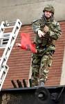 Ирац баца Албанску заставу