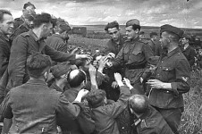 Soviets sharing their cigarettes with German POWs