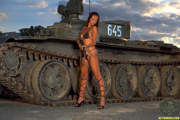 фотообои голые девушки на танке