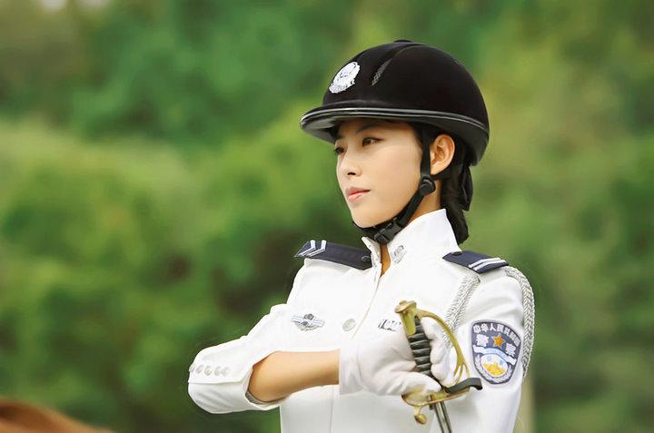 азиатка в униформе полицейского от первого лица